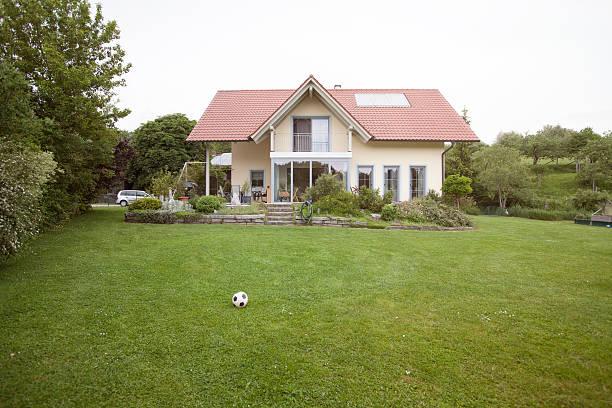 Residential house with garden:スマホ壁紙(壁紙.com)