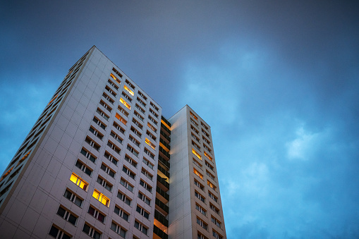 Twilight「Residential building in Berlin Mitte at dusk, Germany」:スマホ壁紙(12)