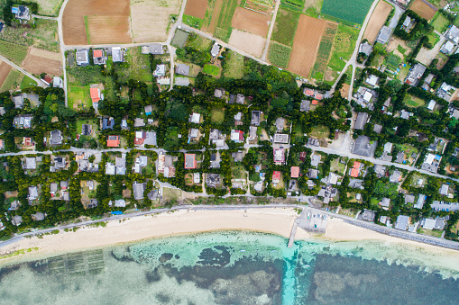 Drone Point of View「A residential area is spreading beside the beach.」:スマホ壁紙(14)