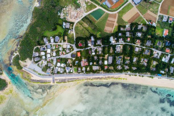 A residential area is spreading beside the beach.:スマホ壁紙(壁紙.com)