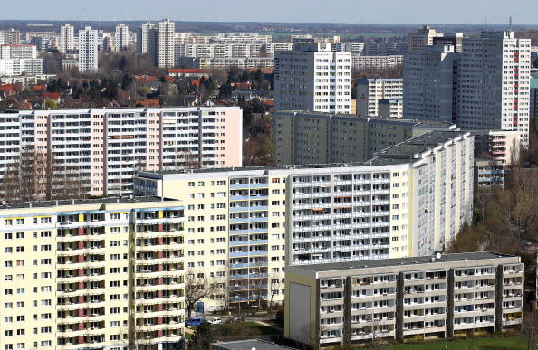 Skyscraper「Communist-Era Highrise Apartment 'Plattenbau' Berlin」:写真・画像(2)[壁紙.com]