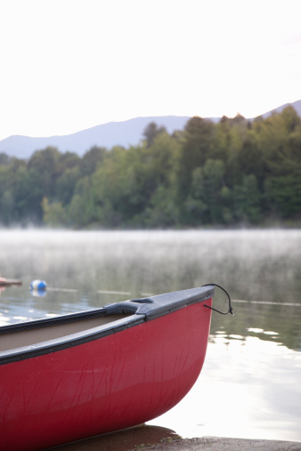 Stowe - Vermont「Canoe sitting on shore of calm lake」:スマホ壁紙(11)