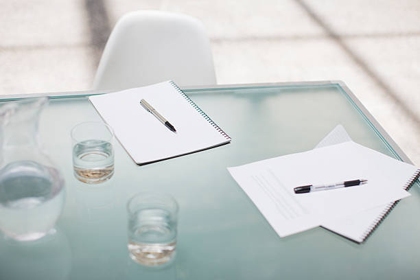 Notepads and pens on conference table:スマホ壁紙(壁紙.com)