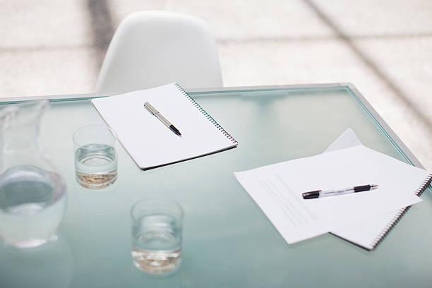 ノートパッド、ペンのコンファレンステーブル:スマホ壁紙(壁紙.com)