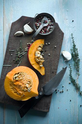 Garlic Clove「Sliced Hokkaido pumpkin and herbs on wooden board」:スマホ壁紙(11)