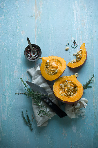 Thyme「Sliced Hokkaido pumpkin and herbs on wood」:スマホ壁紙(7)