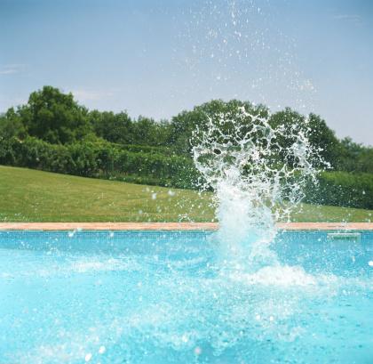 プール「Splash on surface of outdoor swimming pool」:スマホ壁紙(15)