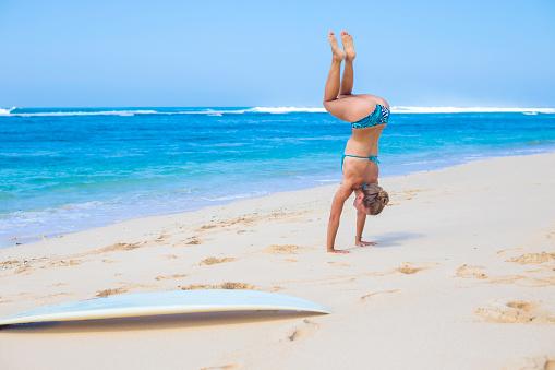 水着「Yoga on a beach.」:スマホ壁紙(13)