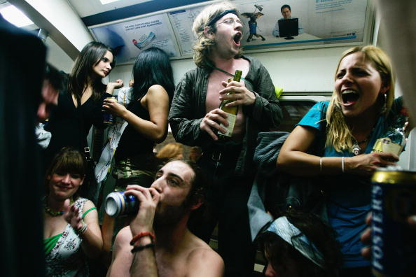 Drinking「Last Orders On The Underground Cocktail Party」:写真・画像(5)[壁紙.com]