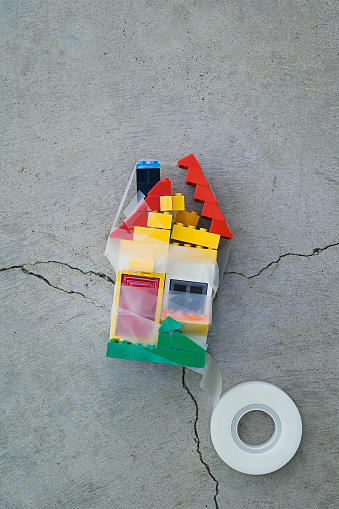 子供時代「Plastic block house taped together on concrete」:スマホ壁紙(15)