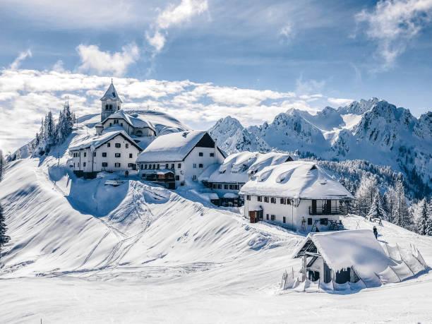 A small village on the mountain peak in Wintertime:スマホ壁紙(壁紙.com)