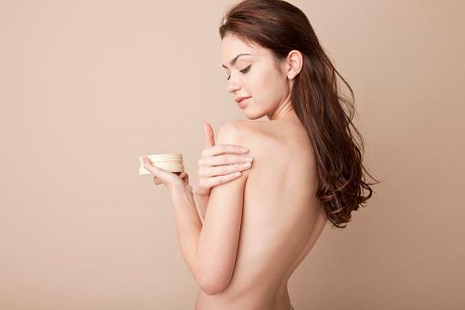 雪「A woman rubbing lotion on her naked arm」:スマホ壁紙(4)