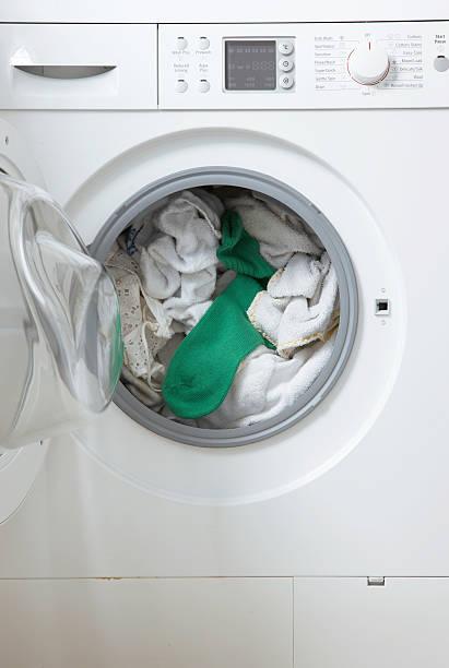 white washing in machine one green sock:スマホ壁紙(壁紙.com)