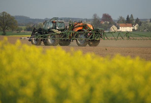 Insecticide「Tractor Sprays Pesticide」:写真・画像(8)[壁紙.com]