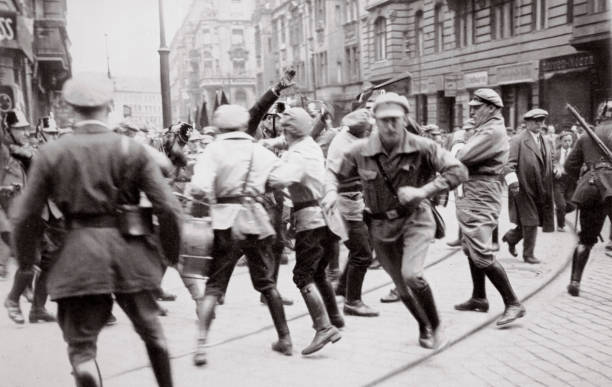 Men In Bolshevik Uniform Fighting Police In The Street Germany circa 1918-circa 1933(?) (1936):ニュース(壁紙.com)