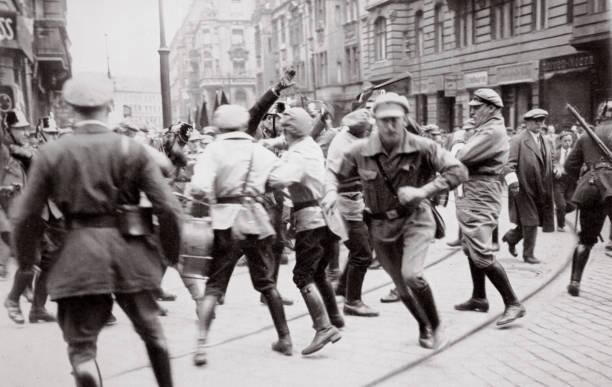 Men In Bolshevik Uniform Fighting Police In The Street Germany circa 1918-circa 1933(?) (1936):ニュース(壁紙.com)