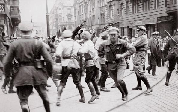 Confrontation「Men In Bolshevik Uniform Fighting Police In The Street Germany circa 1918-circa 1933(?) (1936)」:写真・画像(15)[壁紙.com]