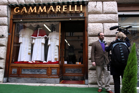 Skull Cap「New Pope's Dress On Show At The Gammarelli Atelier」:写真・画像(5)[壁紙.com]