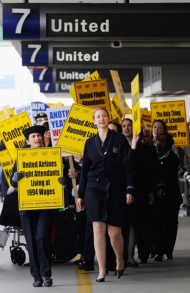 LAX Airport「United Airlines Flight Attendants Demonstrate Against Company's Stance On Contract Negotiations」:写真・画像(4)[壁紙.com]