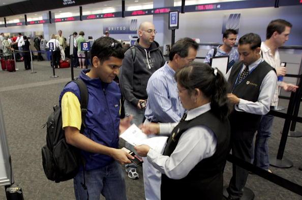 乗客「U.S. Raises Air Security Alert To Red For The First Time」:写真・画像(17)[壁紙.com]