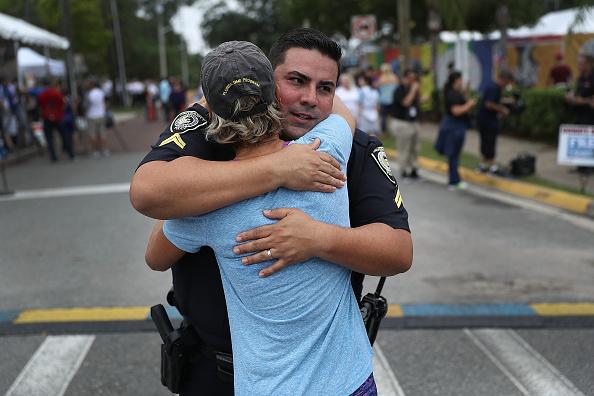 Embracing「Mourners Marks 1st Anniversary Of Orlando Pulse Nightclub Mass Shooting」:写真・画像(10)[壁紙.com]