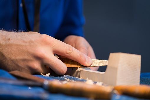 Violin「craftsperson carving violin」:スマホ壁紙(5)