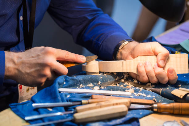 craftsperson carving violin:スマホ壁紙(壁紙.com)
