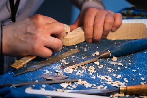 Violin「craftsperson carving violin」:スマホ壁紙(19)