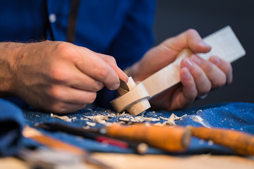 Violin「craftsperson carving violin」:スマホ壁紙(10)