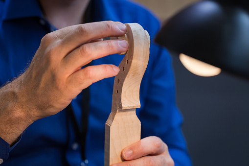 Violin「craftsperson carving violin」:スマホ壁紙(8)