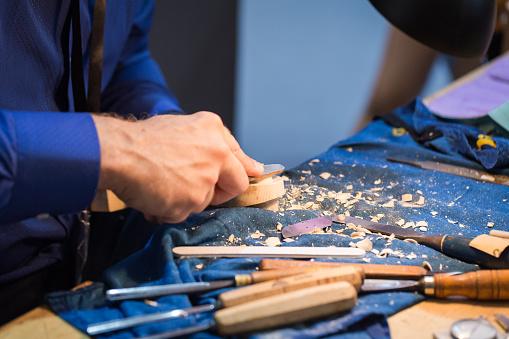 Violin「craftsperson carving violin」:スマホ壁紙(6)