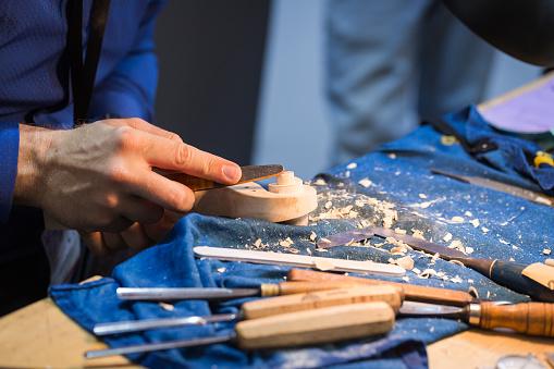 Violin「craftsperson carving violin」:スマホ壁紙(12)