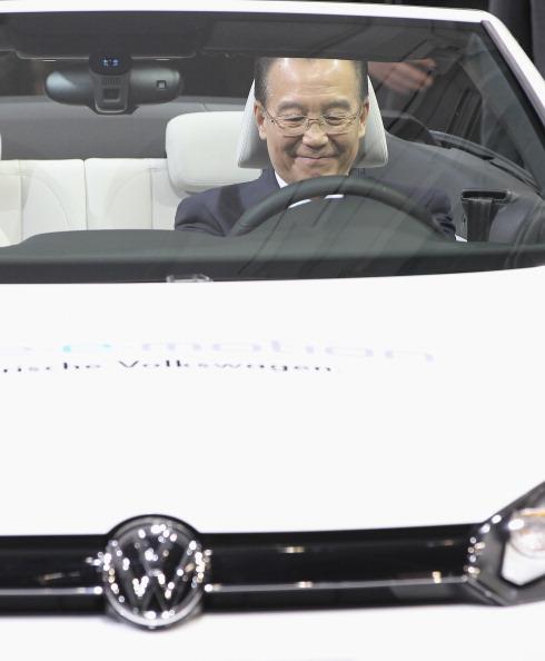 Wolfsburg - Lower Saxony「Wen Jiabao Visits Volkswagen Factory」:写真・画像(13)[壁紙.com]