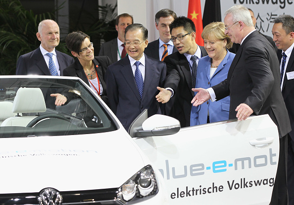Wolfsburg - Lower Saxony「Wen Jiabao Visits Volkswagen Factory」:写真・画像(11)[壁紙.com]