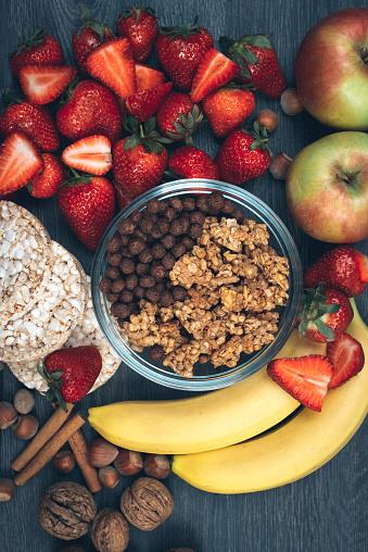 栗「健康的な食事の概念-ストロベリー、バナナズ、シリアル」:スマホ壁紙(6)