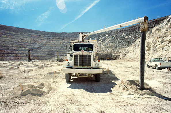 Exploding「Liquid explosive is delivered in a truck and pumped into blast holes for a gold mine in Nevada USA」:写真・画像(1)[壁紙.com]