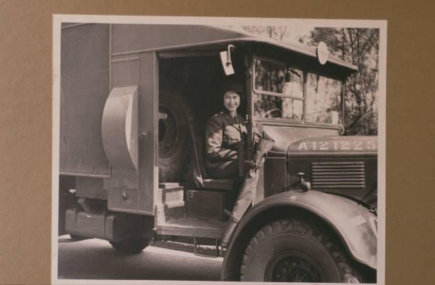 Queen Elizabeth II on a WW2 truck:ニュース(壁紙.com)