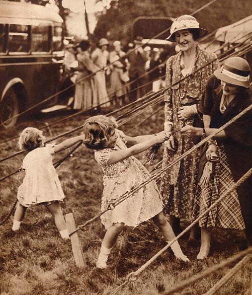 Childhood「Princess Elizabeth and Princess Margaret pull their weight」:写真・画像(6)[壁紙.com]