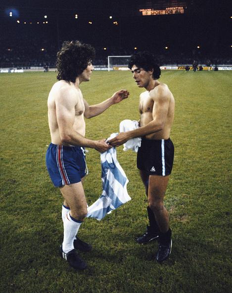 England「Kevin Keegan and Diego Maradona exchange shirts Wembley 1980」:写真・画像(10)[壁紙.com]