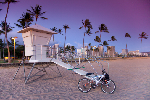 オアフ島「Lifeguard tower at Ala Moana beach park, in Honolulu.」:スマホ壁紙(5)