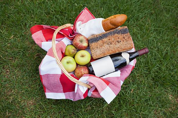 Picnic basket of red wine and bread:スマホ壁紙(壁紙.com)