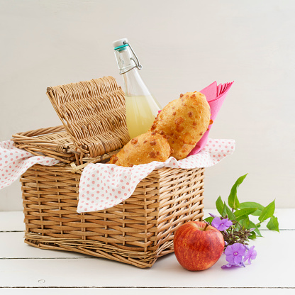 Picnic「Picnic basket with cheese baguettes and fruit juice」:スマホ壁紙(17)