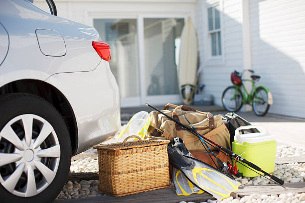 Picnic basket, fishing rod, flippers and bags outside car in driveway:スマホ壁紙(壁紙.com)