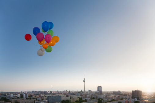 Carefree「Germany, Berlin, View over city from rooftop terrace with balloons」:スマホ壁紙(8)