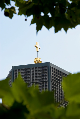 Focus On Background「Germany, Berlin, Gedächtniskirche, leaves in foreground」:スマホ壁紙(6)