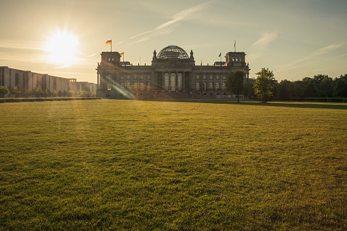 The Reichstag「Germany, Berlin, Berlin-Tiergarten, Reichstag building against the sun in the morning」:スマホ壁紙(4)