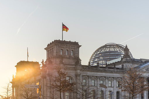 The Reichstag「Germany, Berlin, Berlin-Tiergarten, Reichstag building against the sun in the morning」:スマホ壁紙(18)