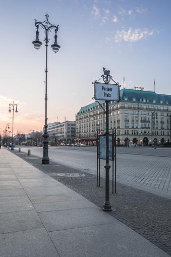 Town Square「Germany, Berlin, Pariser Platz at dawn」:スマホ壁紙(12)
