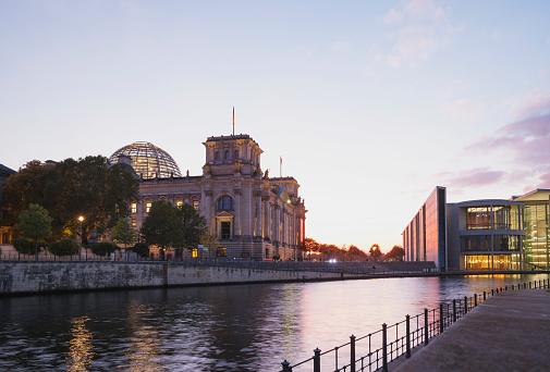 The Reichstag「Germany, Berlin, Regierungsviertel, Reichstag building und Paul-Loebe-Building at Spree river」:スマホ壁紙(3)