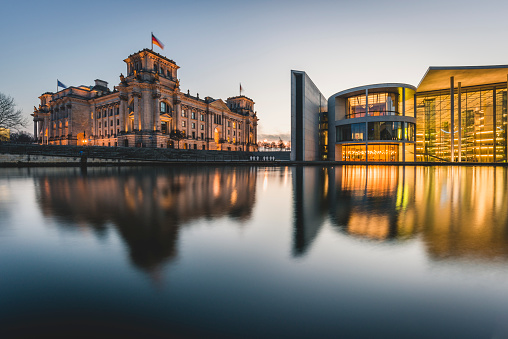 The Reichstag「Germany, Berlin, view to Reichstag and Paul Loebe House at sunset」:スマホ壁紙(7)